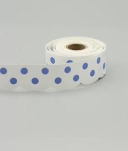 VItt hyllband med blå prickar på