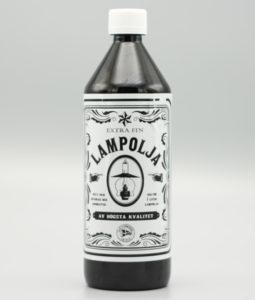 Lampolja i en svart plastflaska med vit etikett
