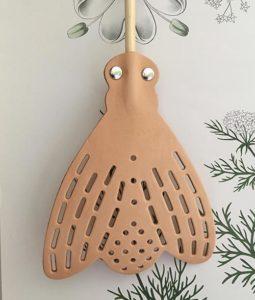 flugsmällare i läder oc h trähandtag bra för plastbanta