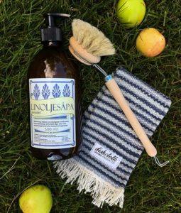 Erbjudande om tvättset med lglasflaska med linoljesåpa med doft av lavendel, en diskborste i trä och en handvävd disktrasa